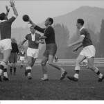 df_handballspieler_bei_einem_spiel_auf_dem_feld